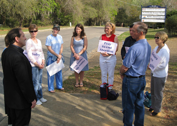 Jim Pinto shares with 40 Days Witnesses at the North Florida's Women's Health and Counseling abortion center