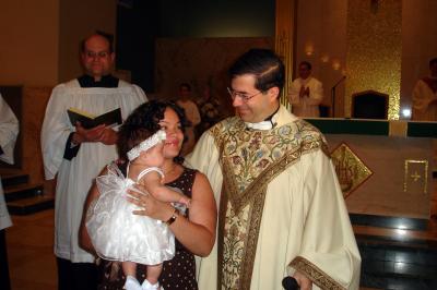 Fr. Frank con Yadira yShaelyn