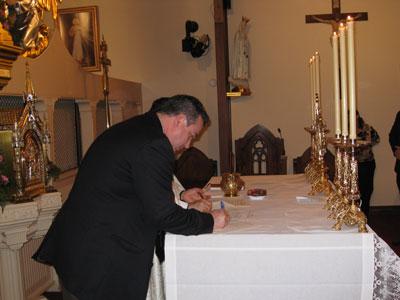 Rodney Cameron, MEV-Alabama, signing his profession document.
